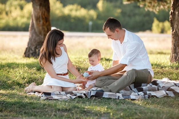 Szczęśliwa rodzina spędzać razem czas w słoneczny letni dzień