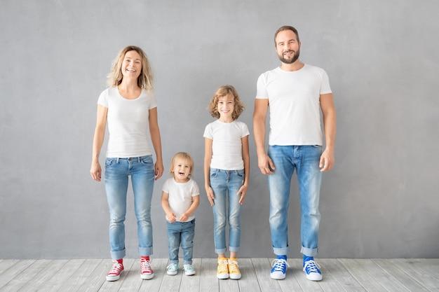 Szczęśliwa rodzina stojąc na szarej powierzchni