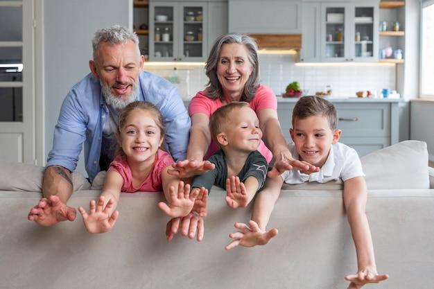 Szczęśliwa rodzina stwarzających razem średni strzał
