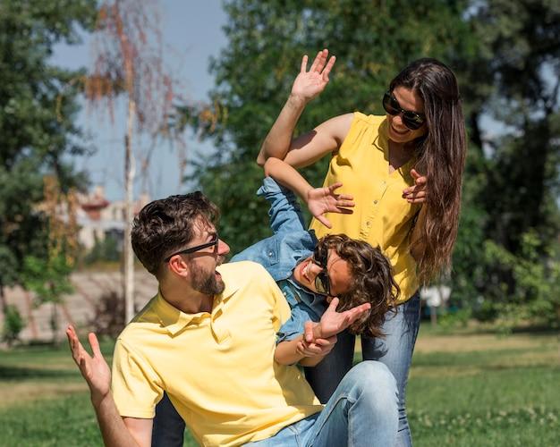 Szczęśliwa rodzina świetnie się bawiąc w parku