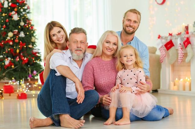 Szczęśliwa rodzina świętująca boże narodzenie w domu