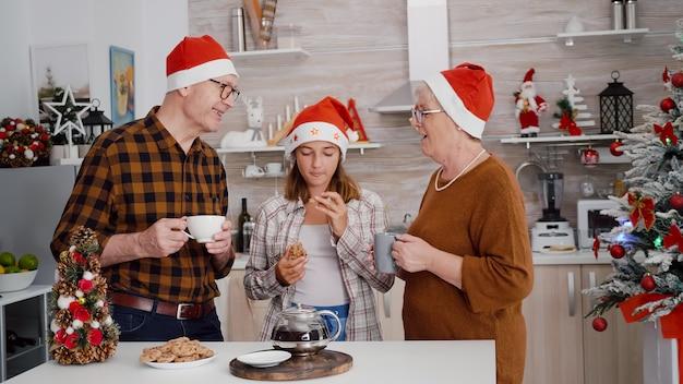 Szczęśliwa rodzina świętująca święta bożego narodzenia, ciesząca się wspólnym spędzaniem sezonu zimowego