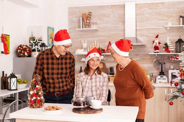 Szczęśliwa rodzina świętuje ferie zimowe ciesząc się sezonem świątecznym