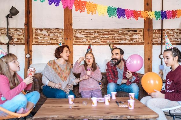 Szczęśliwa rodzina świętuje urodziny dziewczynki