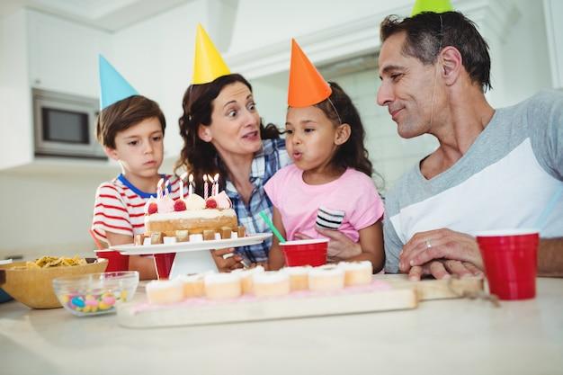 Szczęśliwa rodzina świętuje urodziny
