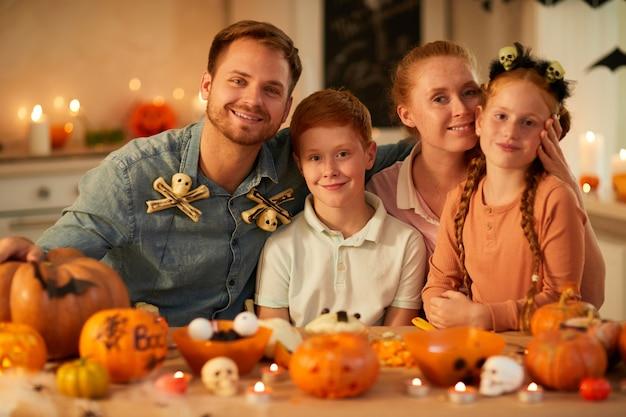 Szczęśliwa rodzina świętuje wakacje