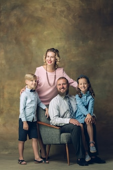Szczęśliwa rodzina tradycyjny portret, staromodny.