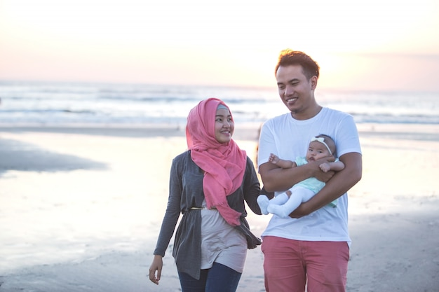 Szczęśliwa rodzina trzech korzystających lato na plaży