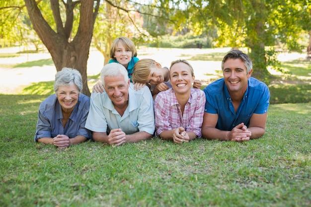 Szczęśliwa rodzina uśmiecha się do kamery