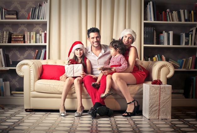 Szczęśliwa rodzina w boże narodzenie
