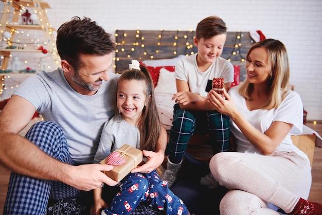 Szczęśliwa rodzina w czasie świąt bożego narodzenia
