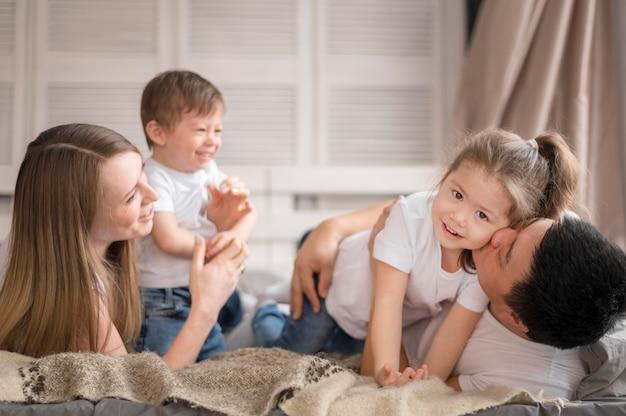 Szczęśliwa rodzina w domu razem