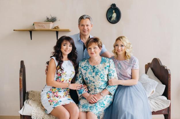 Szczęśliwa rodzina w domu w rocznika wnętrzu. ojciec, matka i córki.