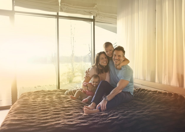 Szczęśliwa rodzina w domu