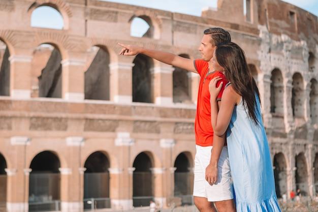 Szczęśliwa rodzina w europie. romantyczna para w rzymie nad koloseum