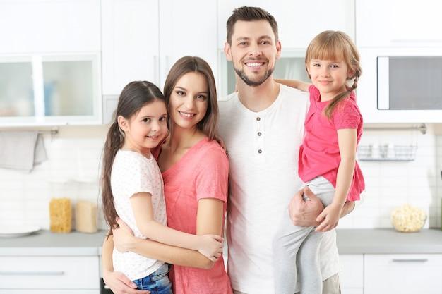 Szczęśliwa rodzina w kuchni w domu