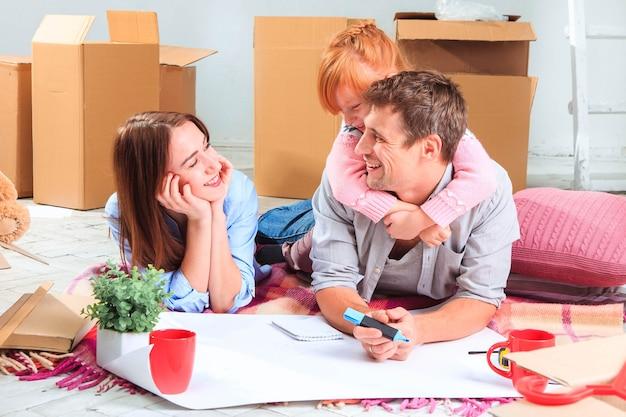 Szczęśliwa rodzina w naprawie i przeprowadzce rodzina planuje zakwaterowanie