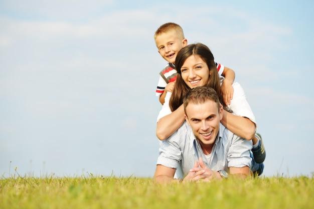 Szczęśliwa rodzina w naturze ma zabawę na trawy łące