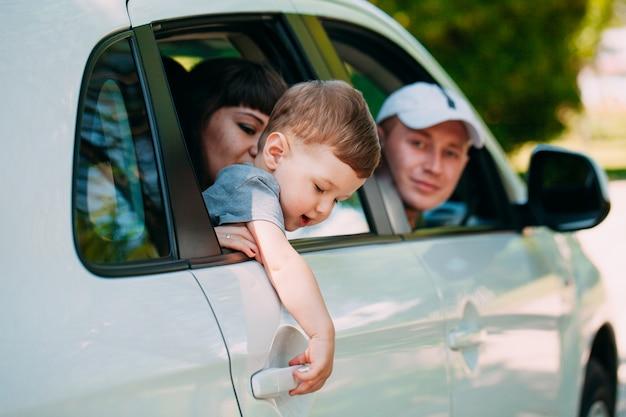 Szczęśliwa rodzina w nowym samochodzie. samochód.