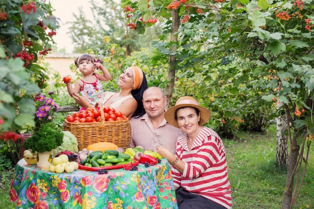 Szczęśliwa rodzina w ogrodzie