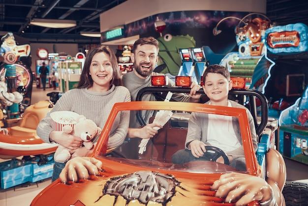 Szczęśliwa rodzina w parku rozrywki