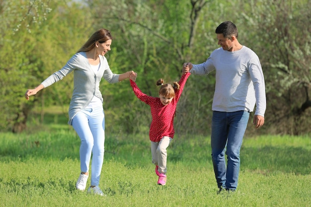 Szczęśliwa rodzina w parku w słoneczny dzień