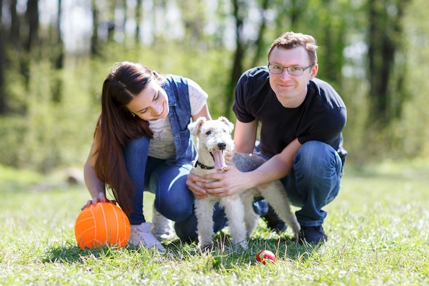 Szczęśliwa rodzina w parku z psem