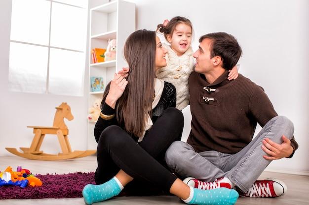 Szczęśliwa rodzina w pokoju