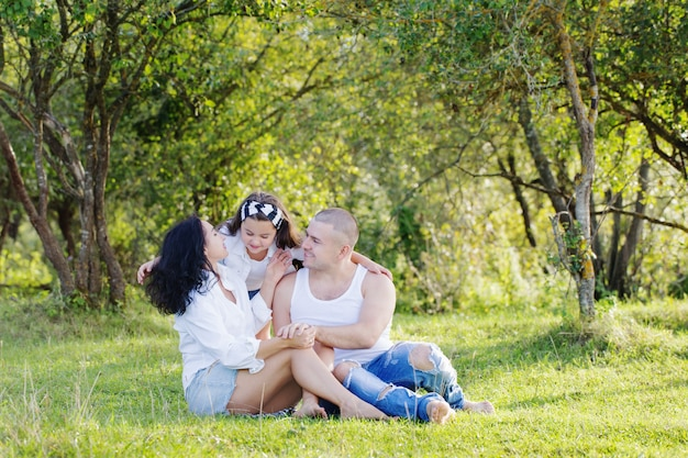 Szczęśliwa rodzina w słonecznym letnim parku