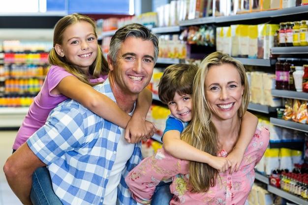 Szczęśliwa rodzina w supermarkecie