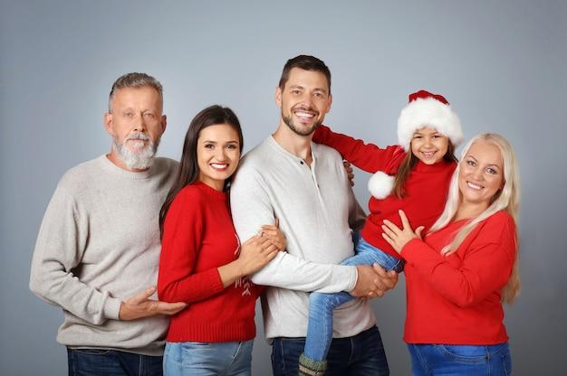 Szczęśliwa rodzina w świątecznym nastroju na jasnej powierzchni