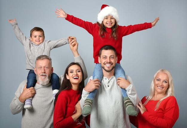 Szczęśliwa rodzina w świątecznym nastroju na jasnym tle