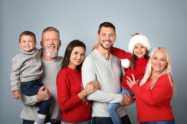 Szczęśliwa rodzina w świątecznym nastroju