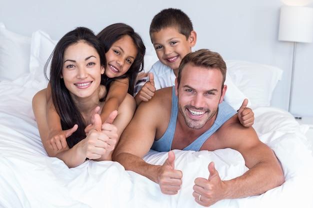 Szczęśliwa rodzina w sypialni