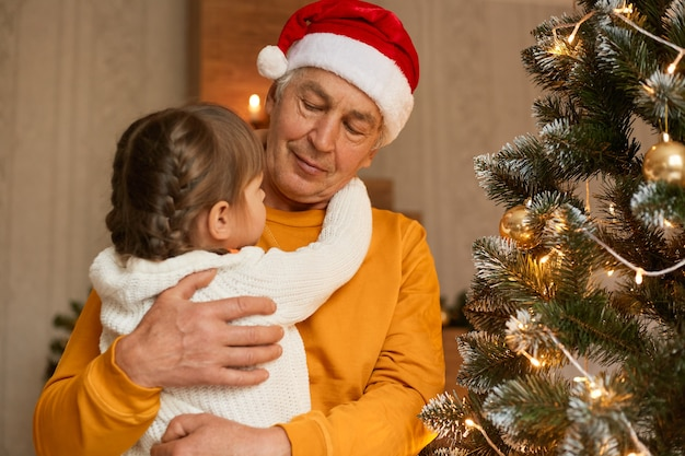 Szczęśliwa rodzina w wigilię bożego narodzenia pozowanie w świątecznym pokoju