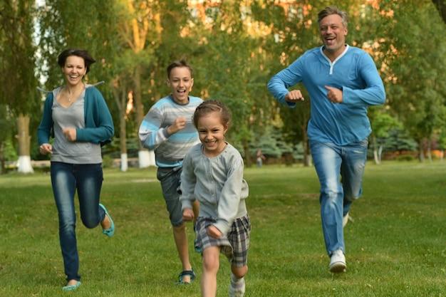 Szczęśliwa rodzina w zielonym letnim parku