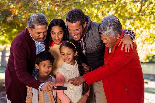 Szczęśliwa rodzina wielopokoleniowa przy selfie