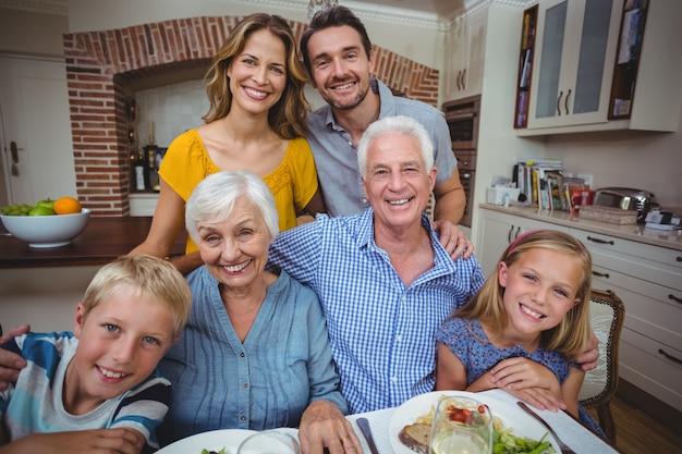 Szczęśliwa rodzina wielopokoleniowa przy stole jadalnym