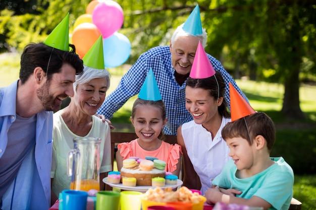 Szczęśliwa rodzina wielopokoleniowa świętująca urodziny
