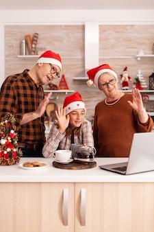 Szczęśliwa rodzina witająca zdalnych rodziców podczas spotkania wideorozmów online