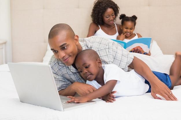 Szczęśliwa rodzina wydaje czas wpólnie na łóżku