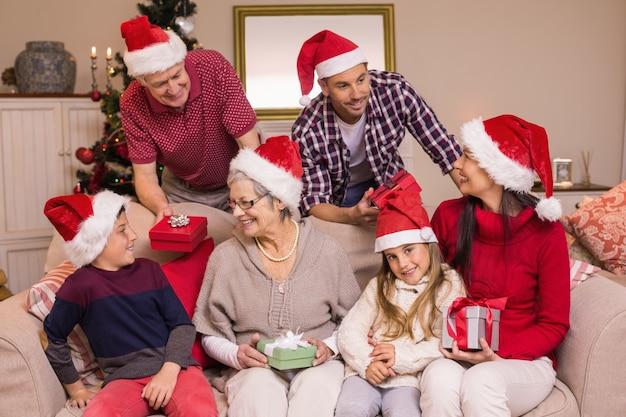 Szczęśliwa rodzina wymienia boże narodzenie prezenty
