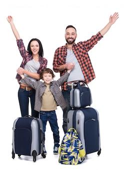 Szczęśliwa rodzina z bagażem jest gotowa do podróży.