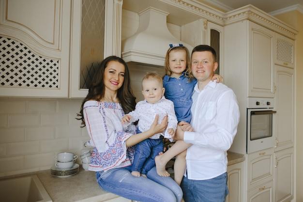 Szczęśliwa rodzina z dwójką dzieci w kuchni