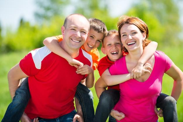 Szczęśliwa rodzina z dwójką dzieci w przyrodzie