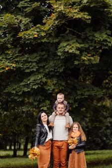 Szczęśliwa rodzina z dziećmi w parku