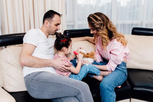 Szczęśliwa rodzina z małą córeczką, zabawy w domu. wakacje letnie.