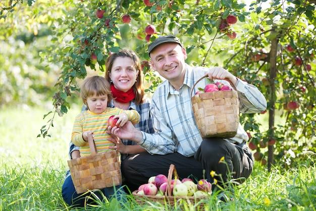 Szczęśliwa rodzina z owoców żniwa