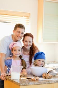 Szczęśliwa rodzina z pieczonymi składnikami