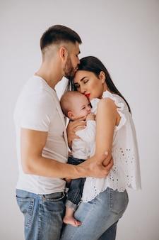 Szczęśliwa rodzina z pierwszym dzieckiem